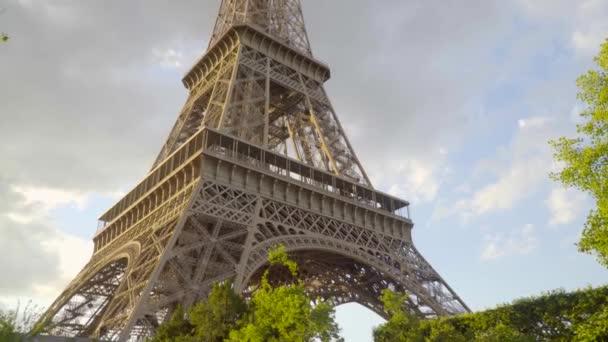 Eiffelova věž v Paříži denně. Celé osvětlení. Eiffelova věž je nejnavštěvovanější památkou Francie