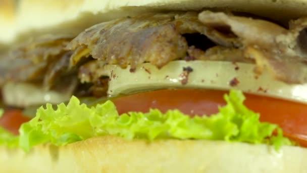 Turecká tradiční jídlo Hovězí Döner kebab plátky chleba sendvič s rajčaty, hlávkovým salátem, okurkou a cibulkou