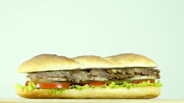 Török hagyományos élelmiszer marha Döner kebab szendvics kenyér, paradicsom, saláta, uborka és a hagyma, szeletelve.