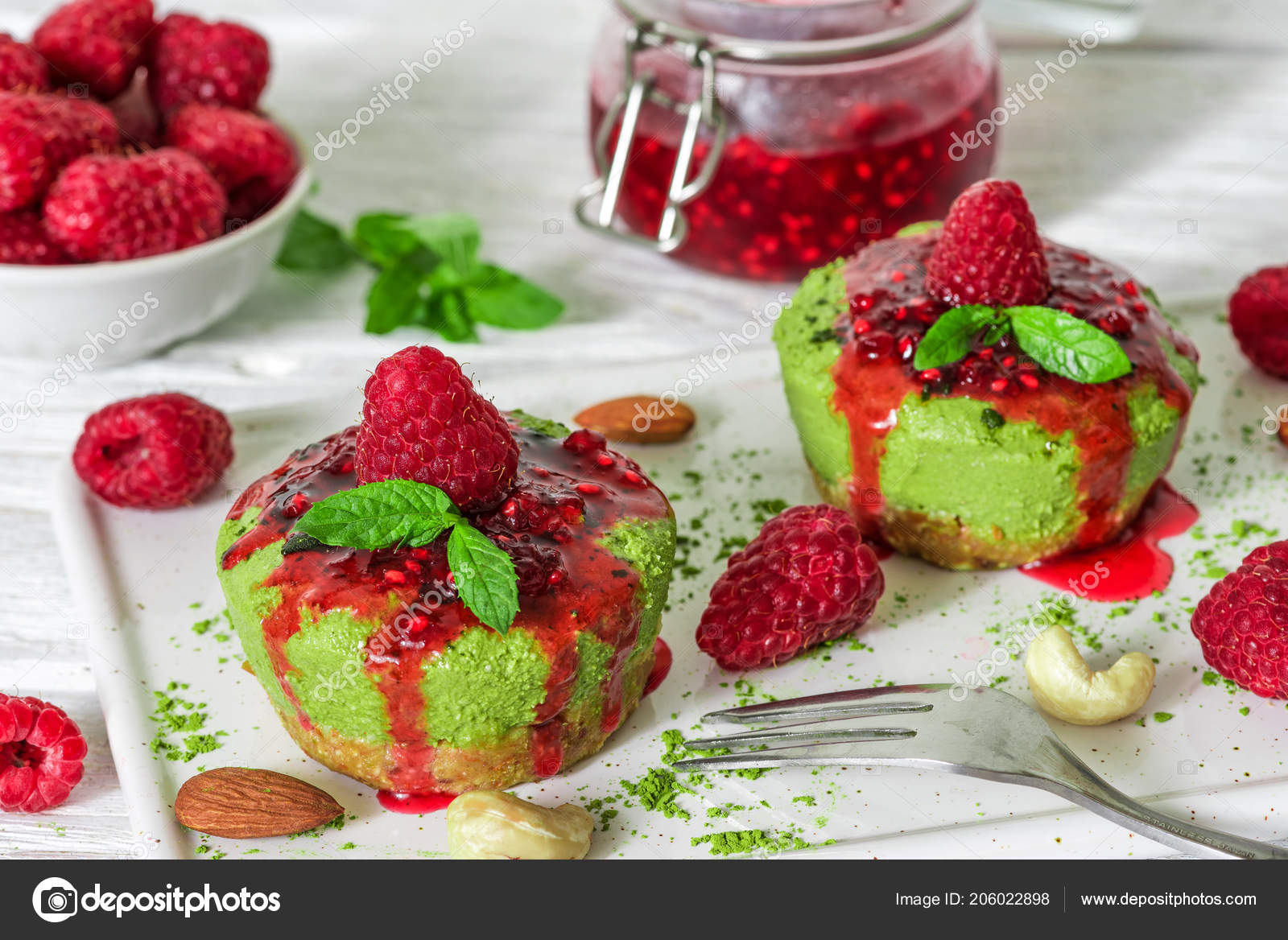 Grunen Matcha Vegane Rohe Kuchen Mit Himbeeren Marmelade Minze Und