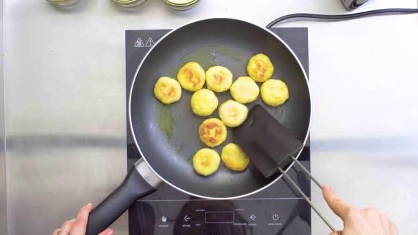 Kuchař, hranolky malé řízečky v pánvi. Pohled shora