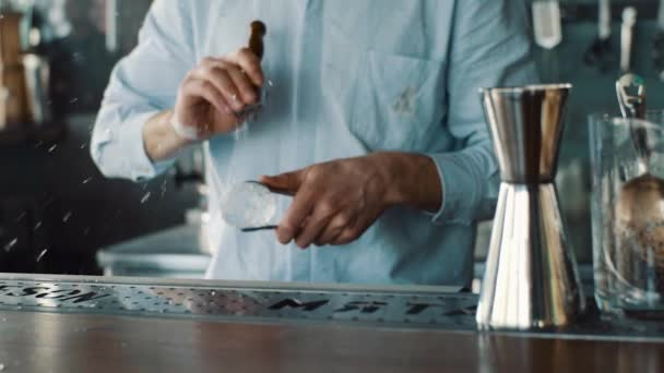 Barkeeper schnitzt Eis mit Eispickel