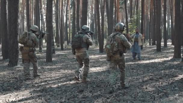 US-Soldaten nehmen Gefangene militante Lih