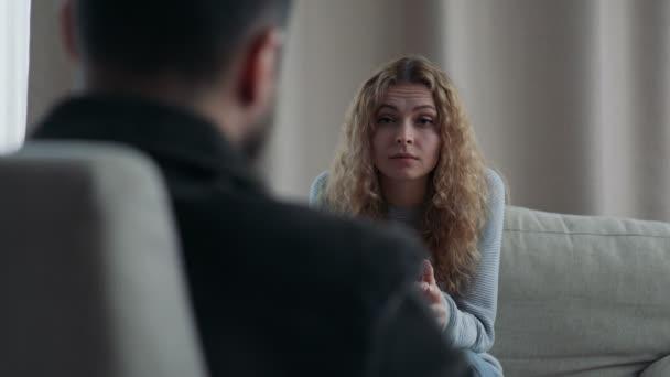 Šťastná žena mluvila se svým psychologem v úřadu v den