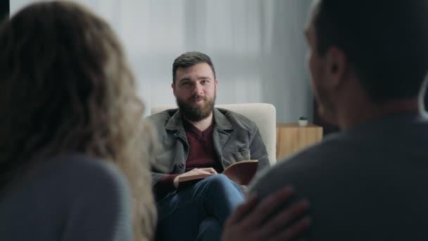 Mladý pár odsouhlasen na recepci na rodinný psycholog