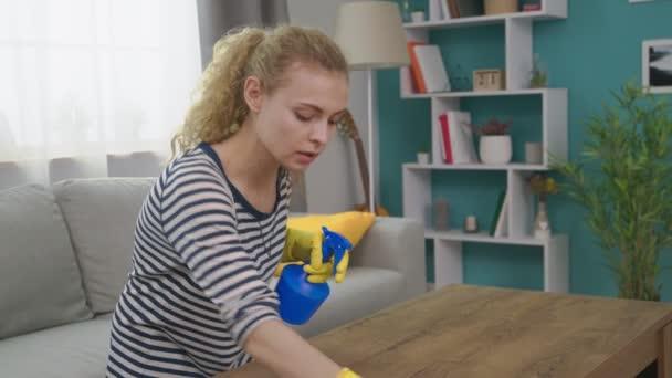 Střední záběr mladé ženy si na stolek s hadrem