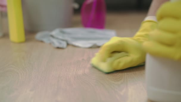 Hand mit Tuch Reinigungsboden in der Wohnung verwendet Lappen und Flüssigkeit in einem Spray