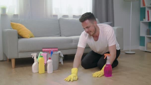 Müder wütender Mann wirft Waschlappen ins Wohnzimmer