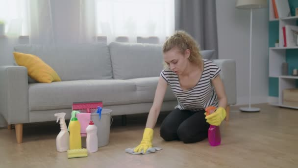 Müde Frau wischt sich nach dem Putzen den Schweiß von der Stirn