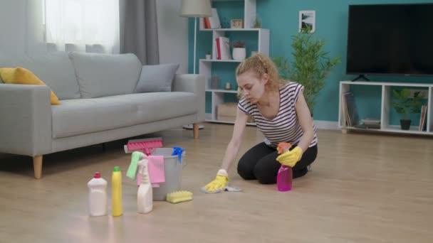 Müde Frau wischt sich nach Wohnungsreinigung die Stirn
