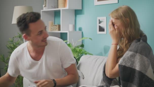 Mladý muž daroval šťastné přítelkyni ráno v obývacím pokoji