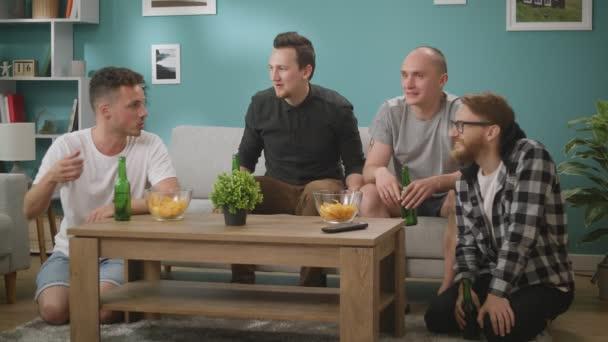 Männerfreunde diskutieren emotional über ein Fußballspiel