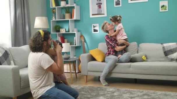 Člověk učí svou dceru střílet s profesionálním fotoaparátem
