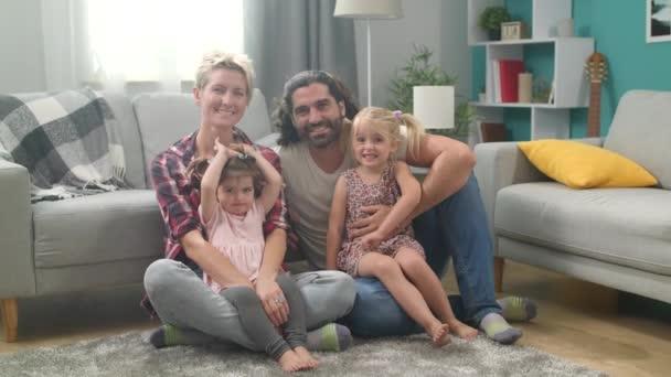 fröhliche Familie zu Hause im Wohnzimmer