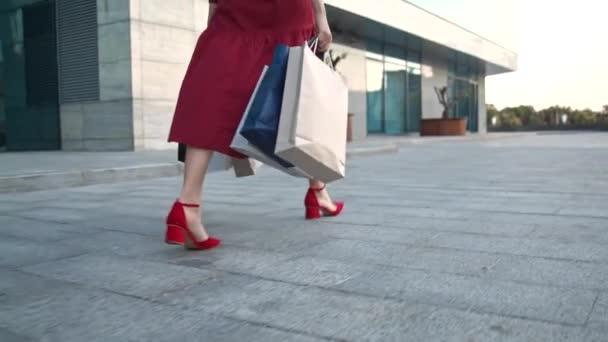 Fiatal nő bevásárló lány Séta utca bevásárlóközpont központ, élvező bevásárló nap