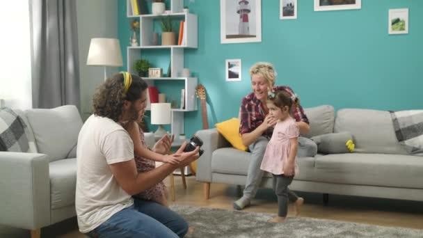 Šťastná rodina je na víkend fotografická na kameře pro domácnost