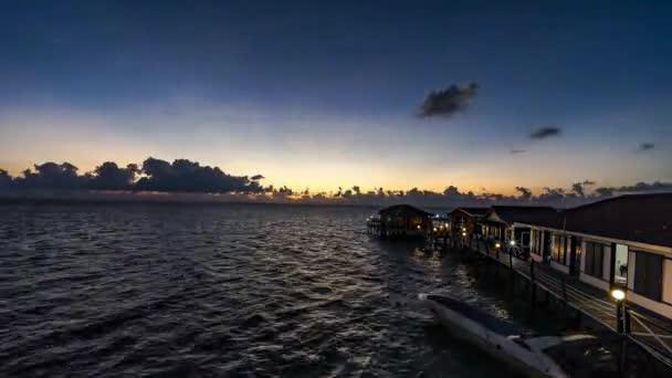 Gyönyörű naplemente. Narancs és arany kék ég. Arany tenger. Hullámok hangja a tengerparton napkeltekor. Napnyugta. Naplemente kilátással a tengerre. Sárga nap jön ki a tengerből. Narancs naplemente Sabah Malajziában