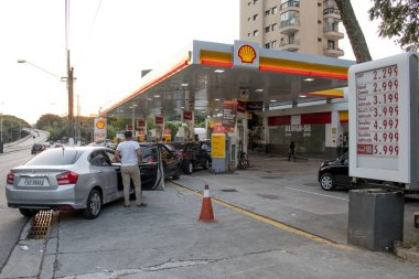 Sao Paulo, SP, Brazil. May 29, 2018. People queue for fuel at a petrol station in Sao Paulo, on the nine day of a truckers strike to protest rising fuel costs in Brazil.