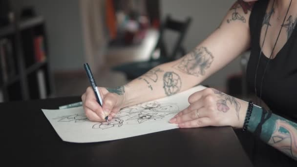 tetováló mester teszi egy tattoo vázlatos papíron