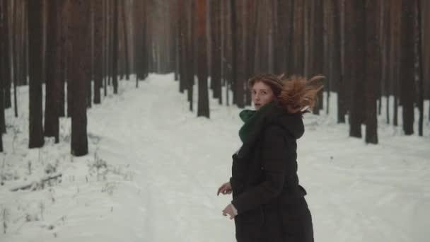 portrét Krysaře s elfí vystoupení v zimním lese. dívka pracuje po zimním lese a rozhlíží. Zpomalený pohyb