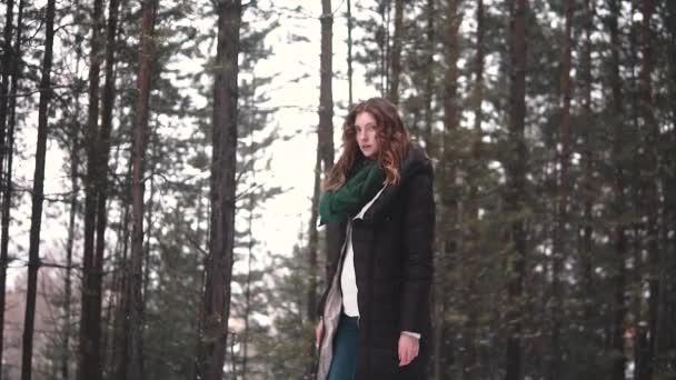 portrét rusovlasá dívka procházky zimní les