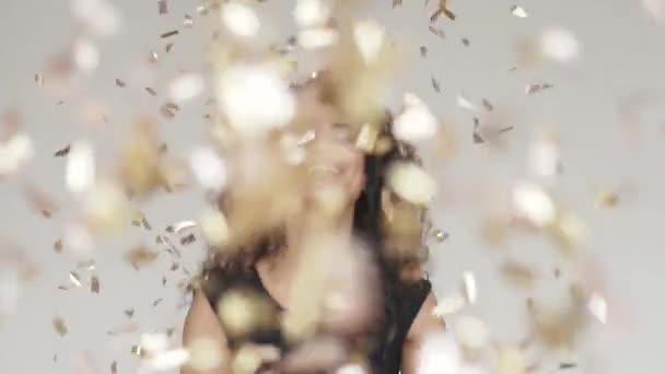 schöne hispanische Frau Gold-Glitzerkonfetti. Konzept des Urlaubs, Spaß, feiern. Zeitlupe
