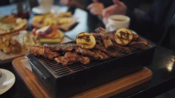 jídlo rozmanité pečené maso na grilu