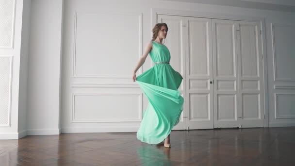 lány forog egy hosszú ruhát, hogy szépen zuhan. lassú mozgás