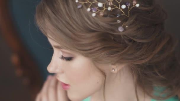 Detailní portrét okouzlující dívka s nádherný make-up a večerní účes