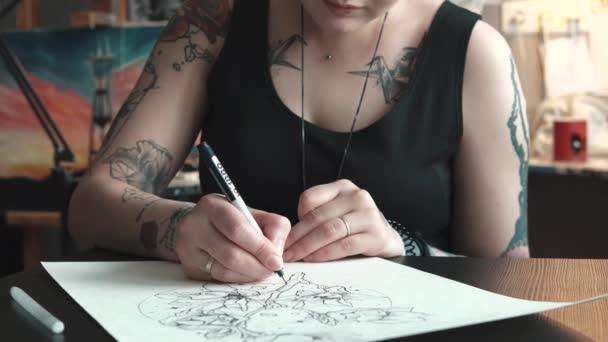 tetováló művész teszi a vázlat a tetoválást a papír, a házi stúdiójában