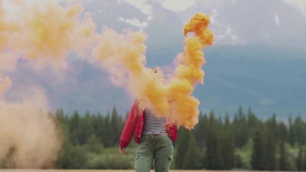 Dívka dává kouření videa