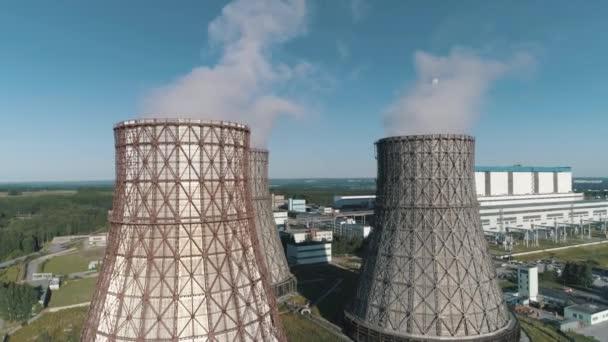 Letecký pohled na pracovní elektrárna. Chladicí věže jaderné elektrárny. uhlí hořící elektrárny