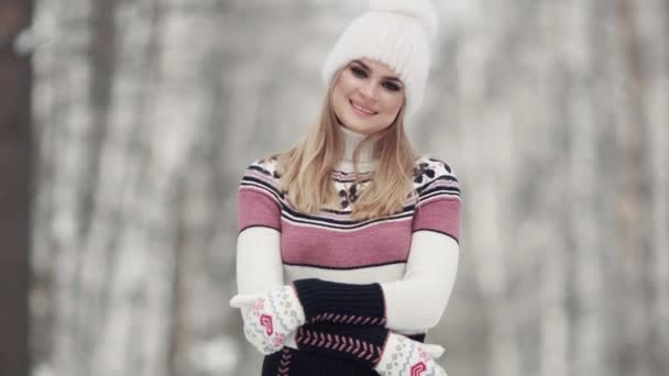 zimní les. Detail portrét mladé ženy nosit rukavice svetr a zimní čepice