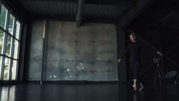 balett-táncos táncol a stúdióban. lassú mozgás