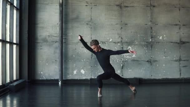 portrét mužský tanečník tancuje vznešeně a elegantně. Zpomalený pohyb