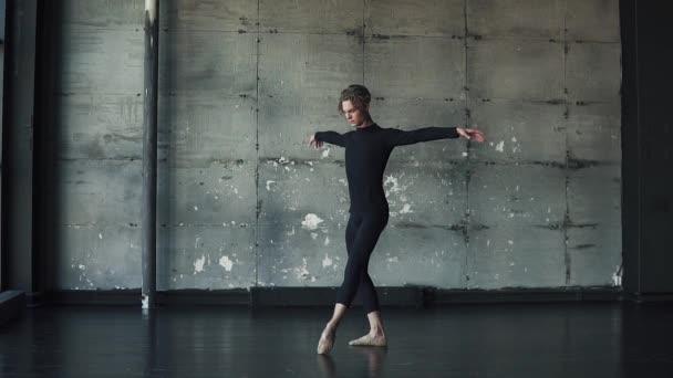 Portrét muže baletní tanečník, tanec klasický balet ve studiu na tmavém pozadí. Zpomalený pohyb
