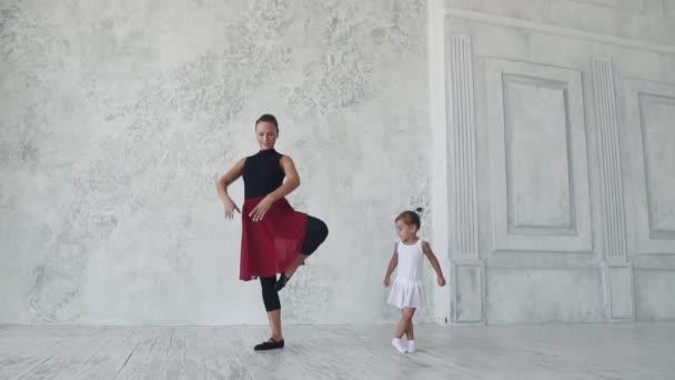 lekce baletu. malé studentky a její učitel učí pohyby. Zpomalený pohyb
