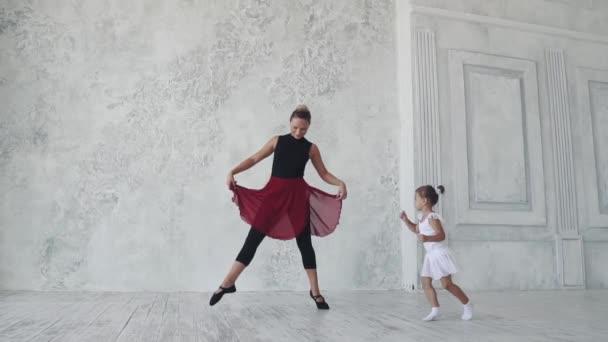 lekce baletu. malá baletka tutu tance legrační s jejím učitelem. Zpomalený pohyb