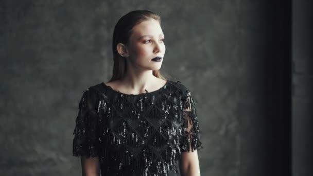 Portrét světlé atraktivní dívka s modré rty a světlý make-up. mladá žena s neobvyklý vzhled