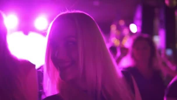 Bionde ballare ad una festa. gli amici a divertirsi in discoteca