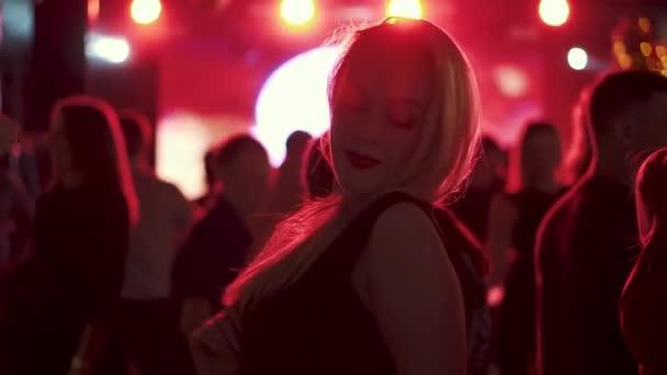 egy fiatal nő, egy fél tánc portréja.