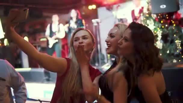 lányok hogy selfie fényképezőgép smartphone egy koncerten