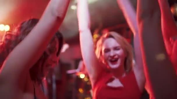 egy szórakozóhely koncert. fiatal nők szórakozás és tánc