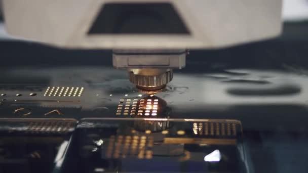 Fémmegmunkálás-Cnc marógép. Vágás fém modern feldolgozás technológia. lézer-vágó darabolt fém alkatrészek.