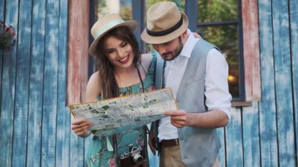 turisták Nézd meg a térképet a város. pár utazó