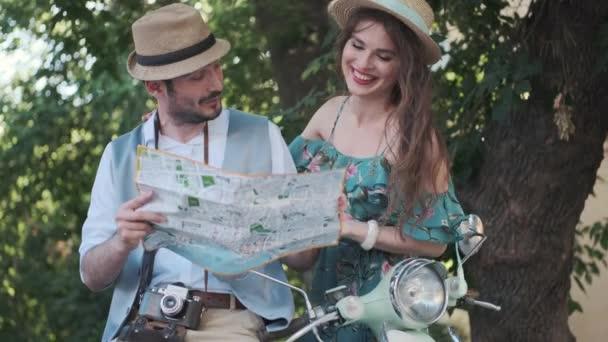 turisták egy térképet a város a kezükben. fiatal pár utazók egy utazás