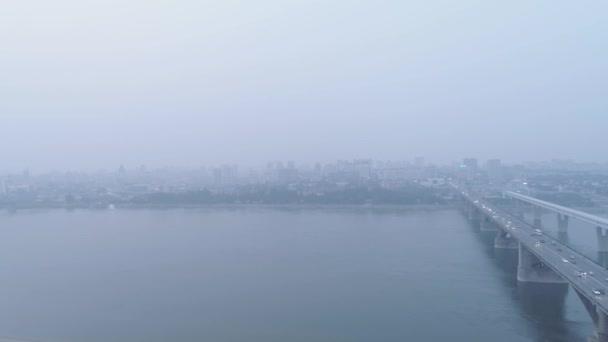 kouř nad městem kvůli lesním požárům. znečištění ovzduší a problémy životního prostředí.