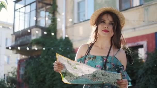 cestovatel sedí na schodech a dívá se na mapu. portrét mladé ženy v turistě