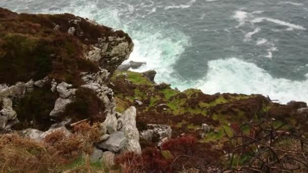 Divoký oceán vody na Fogher útesy v Irsku