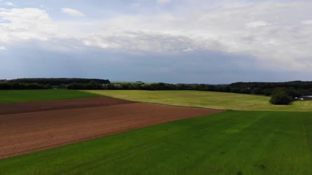 Vzdušný let nad pole na venkově - zemědělství